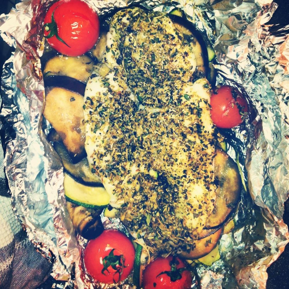 Gezond vispakketje van pangasius filet met groenten