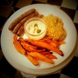 Zoete_aardappelfrieten_met_koriander_yoghurtdip_bord