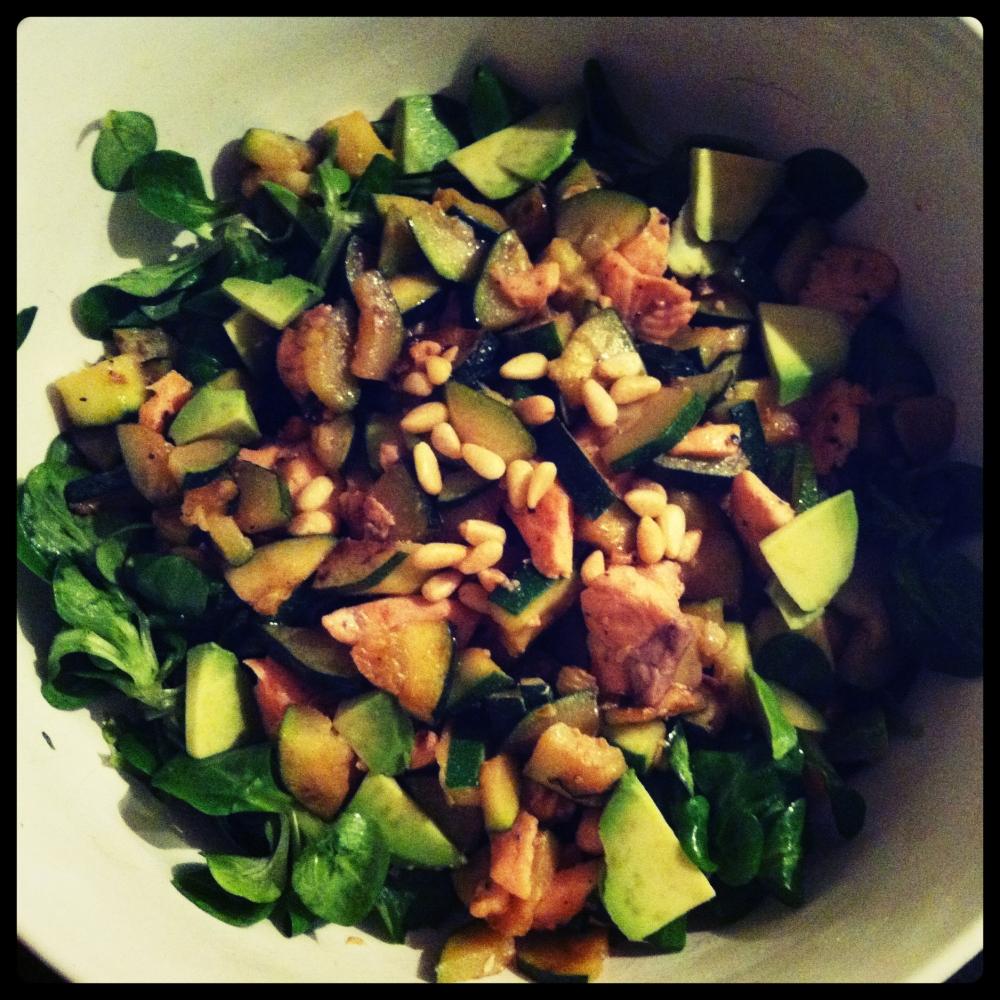 Snel & Slank: Lauwwarme salade met zalmreepjes, courgette, avocado en pijnboompitjes