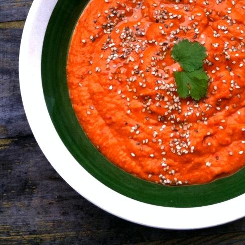 Heerlijke zelfgemaakte geroosterde paprika humus