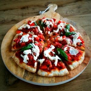Je kunt de burrata ook in stukjes 'scheuren' en verdelen over de pizza!