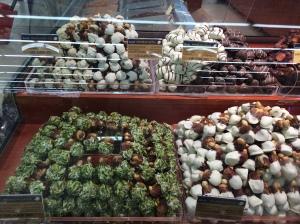 Bergen met verse dadels in Oman, omhuld met chocolade, pistache, kokos, hmmm
