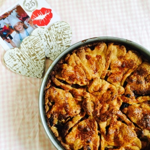 Volgens traditie de zelfgemaakte appeltaart op mijn 25e verjaardag afgelopen maandag. Linksboven 'kleine Dorit' die voor het eerst aan het experimenteren sloeg in de keuken!
