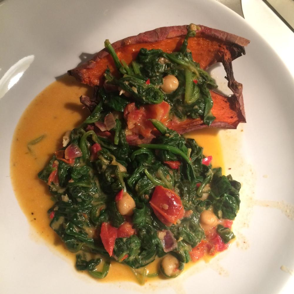 Dit is toch echt een toegestaan receptje uit het Ebook van Juiz~s, het voelt bijna als zondigen, zo lekker! Zoete aardappel uit de oven met spinazie, zongedroogde tomaten en kikkererwten in kokosmelk.